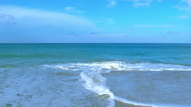 waves at maikhao beach - wrak statku filmów i materiałów b-roll