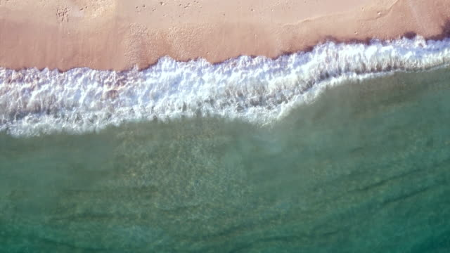 vídeos de stock e filmes b-roll de aerial: waves breaking on a beach - beira d'água