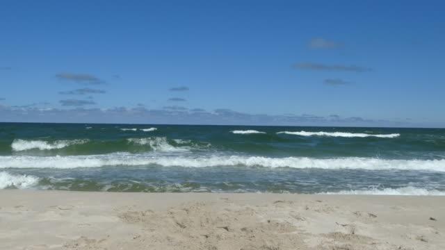 wellen an den strand. - ostsee stock-videos und b-roll-filmmaterial