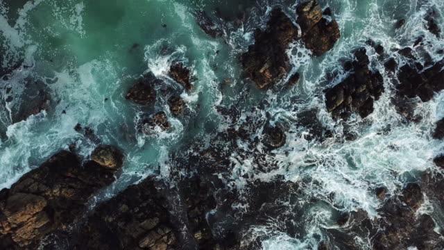 wellen über die schwarzen felsen - luftbild - rau stock-videos und b-roll-filmmaterial