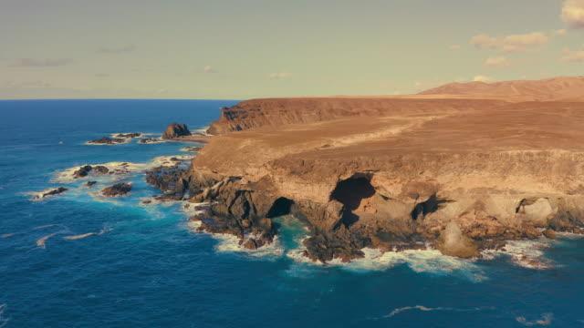 vídeos y material grabado en eventos de stock de olas chocando en la orilla. vista aérea - diseño natural