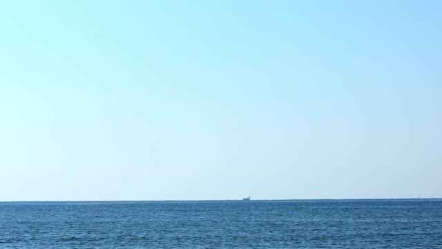 vídeos de stock e filmes b-roll de waves crashing on zaimokuza coast7 - linha do horizonte sobre água
