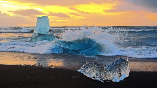 onde slo mo ds che schiacciano gli iceberg - nord europeo video stock e b–roll