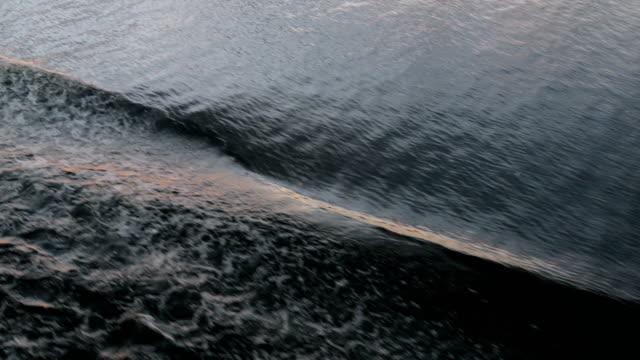 vídeos de stock, filmes e b-roll de ondas do cruzeiro - velejar