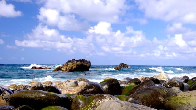 vidéos et rushes de vagues frappant la côte nord de l'île de madère à ilhéu da rocha do navio au milieu de l'océan atlantique. - baie eau