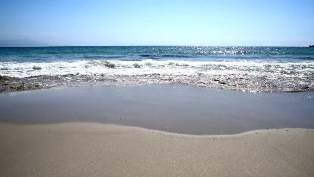 alghero le bombarde plajda dalgalar. sardunya, i̇talya - full hd format stok videoları ve detay görüntü çekimi