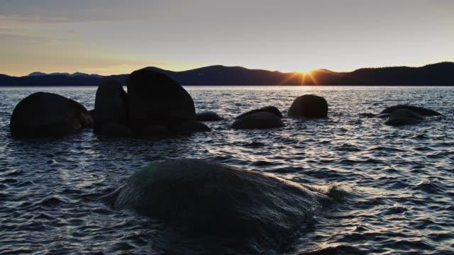 bolders 在太浩湖的波浪研磨 - 州立公園 個影片檔及 b 捲影像