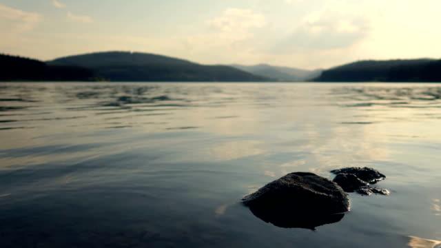 vidéos et rushes de vagues d'un concept de lac - vidéo de stock - lac reflection lake