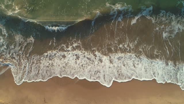 vågor av blått hav tvätta sand och strand, antenn topp drone vy - high dynamic range imaging bildbanksvideor och videomaterial från bakom kulisserna