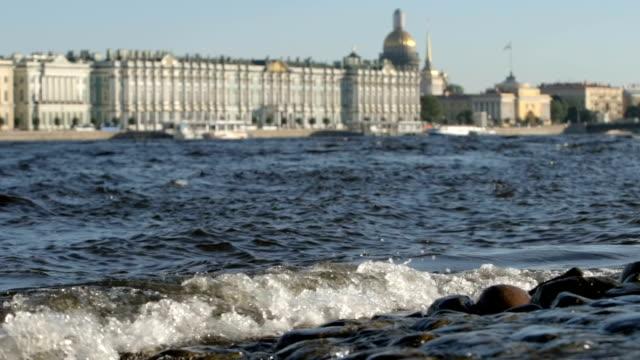 slowmotion: vågor av floden neva på stadsbilden bakgrunden i sommaren - st. petersburg, ryssland - peter and paul cathedral bildbanksvideor och videomaterial från bakom kulisserna