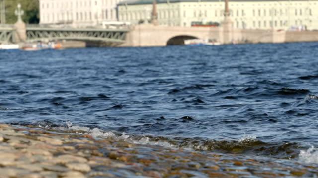 slowmotion: vågor av floden neva på trinity bridge bakgrunden i sommaren - st. petersburg, ryssland - peter and paul cathedral bildbanksvideor och videomaterial från bakom kulisserna