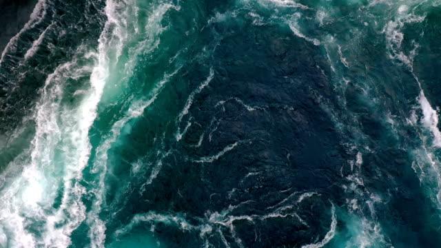 vídeos y material grabado en eventos de stock de las olas de agua del río y el mar se encuentran durante la marea alta y la marea baja. - marea