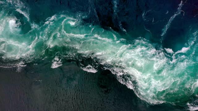 vídeos de stock, filmes e b-roll de ondas de água do rio e do mar se encontram durante a maré alta e a maré baixa. - rio