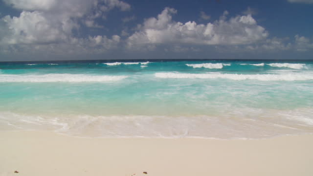 wellen am sandstrand - sound wave stock-videos und b-roll-filmmaterial