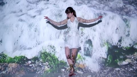 vídeos de stock e filmes b-roll de waves projection upon a female dancer - arte