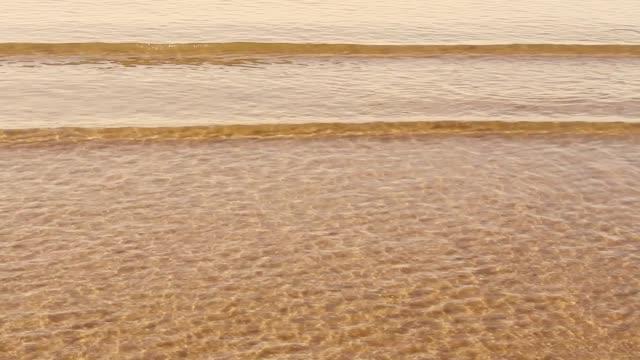 sahilde dalgaların sıçrama. - start stok videoları ve detay görüntü çekimi