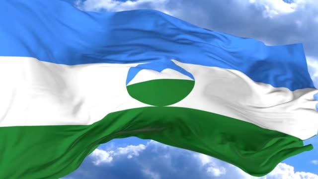 vídeos de stock, filmes e b-roll de agitando a bandeira contra o céu azul kabardino balkaria - insígnia