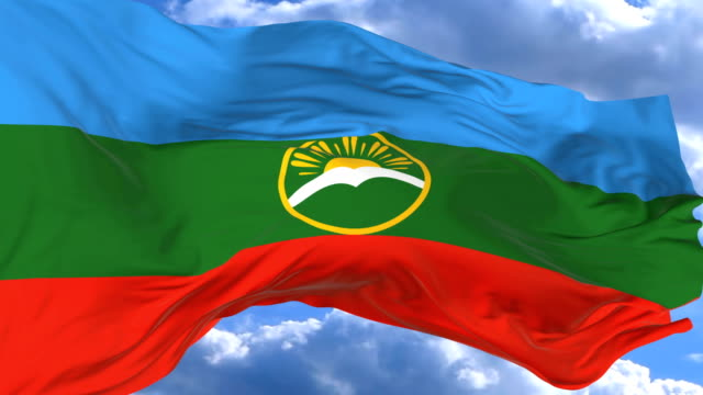 vídeos de stock, filmes e b-roll de agitando a bandeira contra o céu azul karachay cherkessia - insígnia