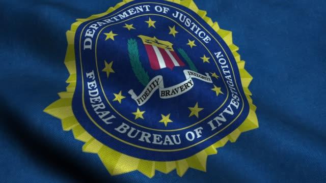 machając flaga z logo fbi - szpieg filmów i materiałów b-roll