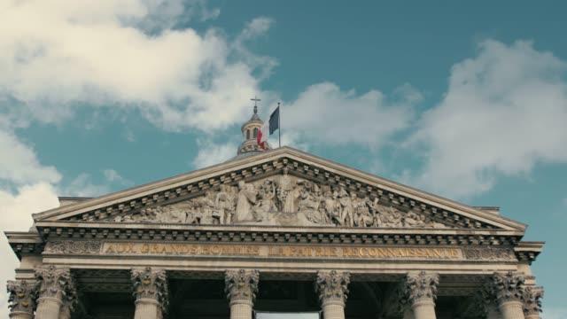 パリの首都でフランスの旗を振って - 民主主義点の映像素材/bロール