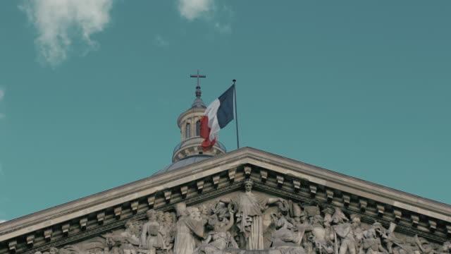 vídeos de stock e filmes b-roll de waving the flag of france in the capital paris - jogos internacionais