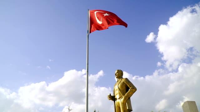 wehende türkische flagge mit atatürk statue - ankara türkei stock-videos und b-roll-filmmaterial