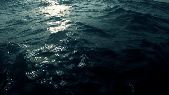 ウェーブのかかった、厄介な海 - 水面点の映像素材/bロール