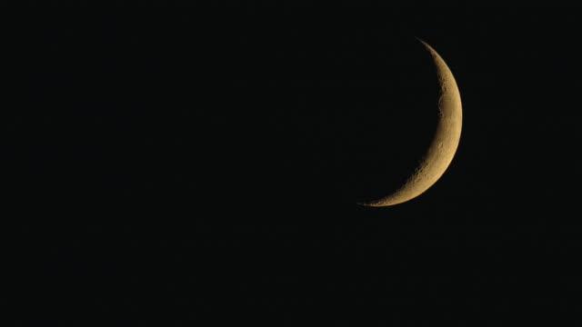 waxing crescent moon - полумесяц форма предмета стоковые видео и кадры b-roll