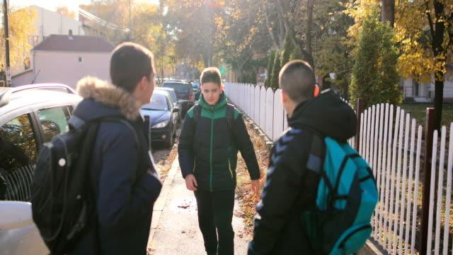 vídeos de stock e filmes b-roll de way to school.two angry teenage boys - ameaça