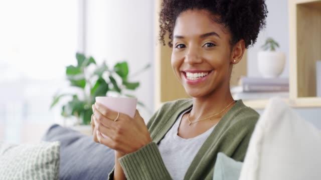 vidéos et rushes de nous méritons tous de la qualité solo-tea time - thé boisson chaude