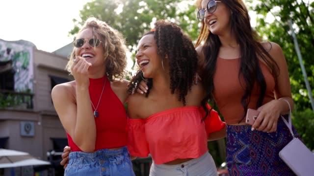 vídeos de stock, filmes e b-roll de nós sempre nos divertimos! - amizade feminina