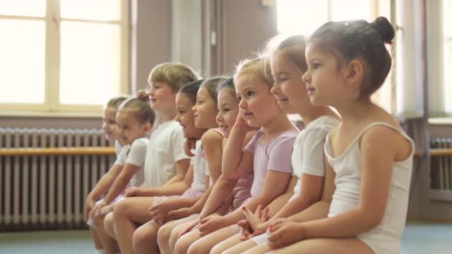 vi är bästa vänner! - balettstång bildbanksvideor och videomaterial från bakom kulisserna
