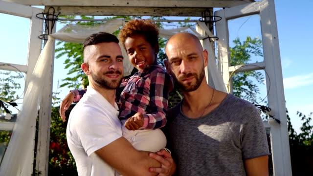 we are happy family - coppia gay video stock e b–roll