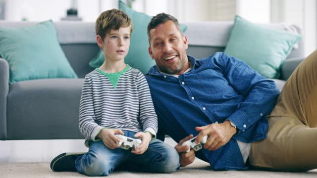 vi kan spela tv-spel hela dagen lång - pappa son bildbanksvideor och videomaterial från bakom kulisserna