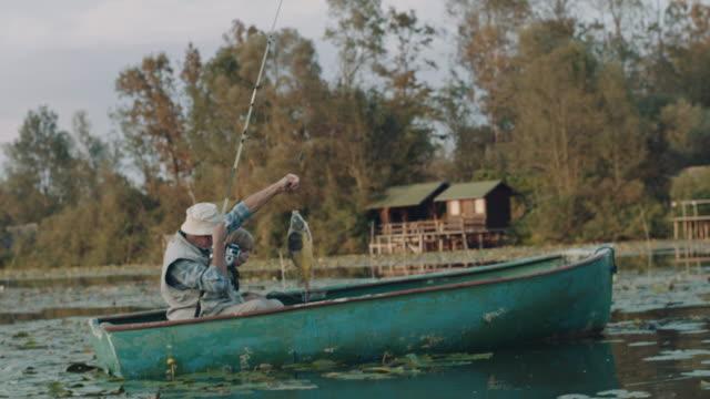 vídeos de stock e filmes b-roll de we catch the fish! - vela desporto aquático