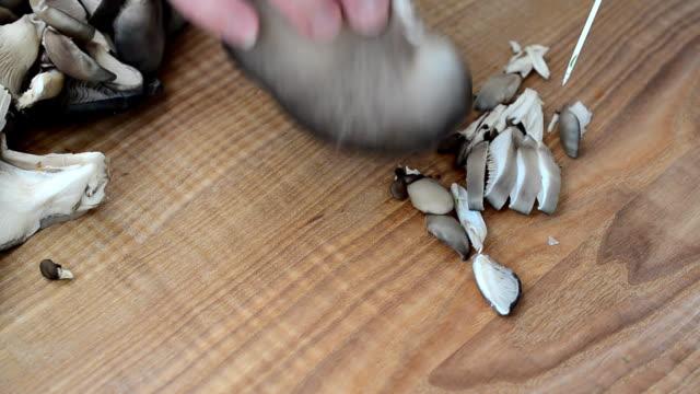 vidéos et rushes de nous les champignons coupés.les champignons pleurotes sur une planche. - bivalve