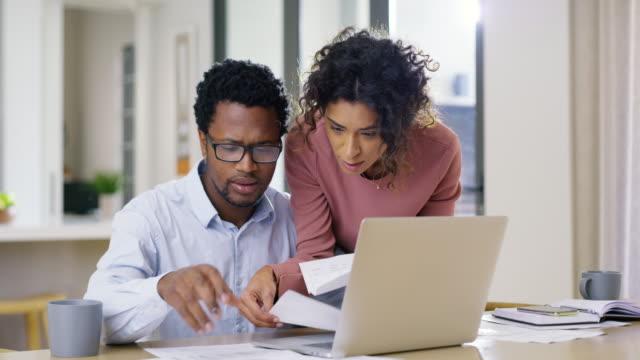 vídeos de stock e filmes b-roll de we have to make a plan and fast - bills couple