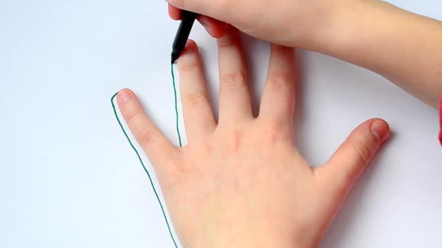 私たちは1枚の紙に手を丸めます。 - 拳 イラスト点の映像素材/bロール
