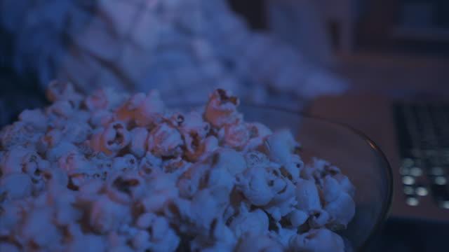 vídeos de stock, filmes e b-roll de adoramos comer pipoca enquanto assistem filmes. - balde pipoca