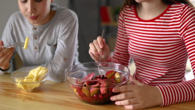 vídeos de stock, filmes e b-roll de nós adoramos saladas de fruta - fruit salad