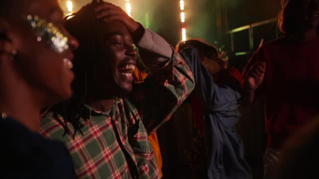 vídeos de stock, filmes e b-roll de nós amamos a festivais de música - clubbing