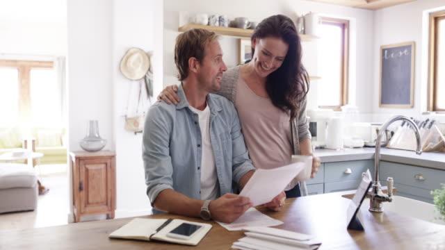 vídeos de stock e filmes b-roll de we make budgeting a priority - bills couple