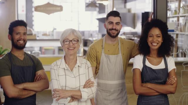 vídeos de stock e filmes b-roll de we run this coffee shop like a family - employee