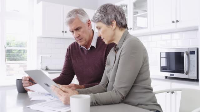 vídeos de stock e filmes b-roll de we stay on top of our finances - bills couple
