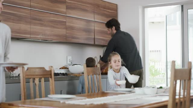stockvideo's en b-roll-footage met we werken samen zodat we samen kunnen eten. - omgeving