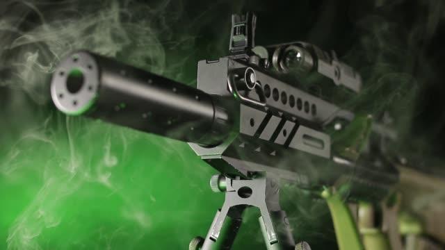 vidéos et rushes de armes sur fond noir - mitrailleuse