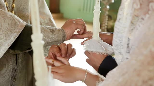 Llevar anillos en la boda en la iglesia - vídeo