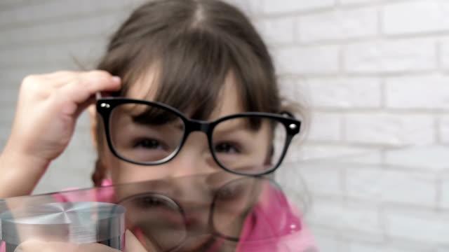 das tragen einer brille. - brille stock-videos und b-roll-filmmaterial