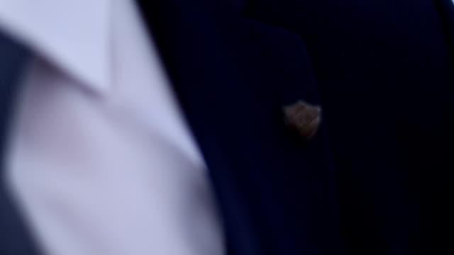 vídeos de stock e filmes b-roll de wearing lapel pin - badge