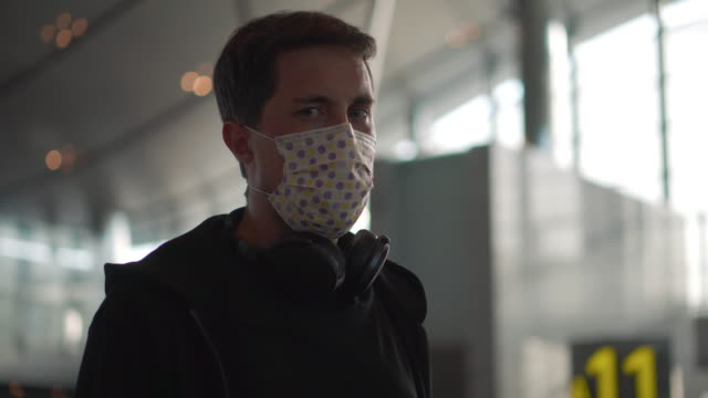 Wearing mask at the airport to avoid virus infection - vídeo